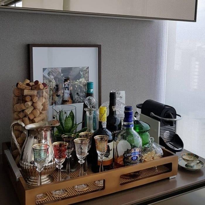 Reserve um cantinho especial para colocar sua bandeja bar. Fonte: Valeria Viana
