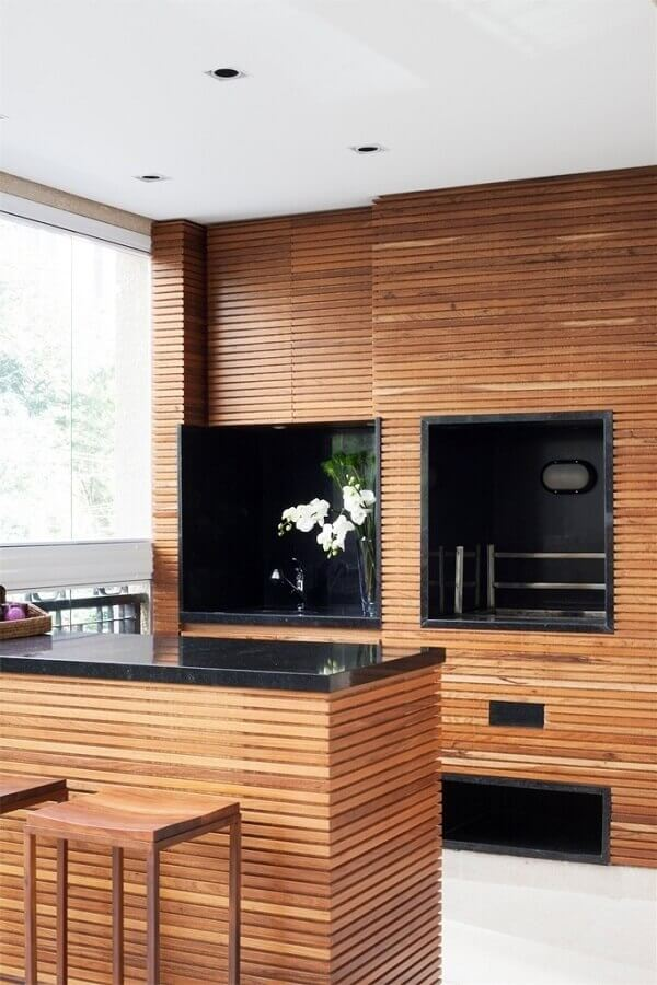 Revestimento de madeira para decoração de apartamento com varanda gourmet e churrasqueira Foto Pinterest