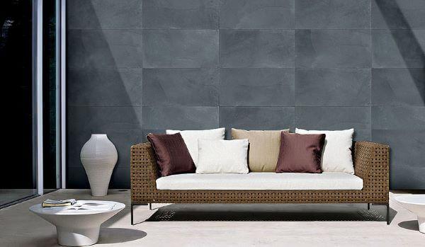 Revestimento de parede ardósia preta na parede e móveis rústicos