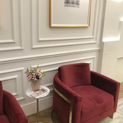 Rodameio branco na sala de estar chique