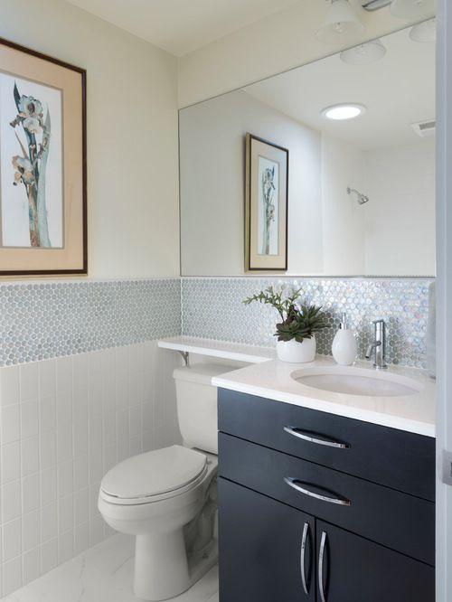 Rodameio com azulejo em azul e branco para banheiro moderno