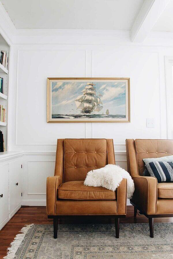 Sala branca decorada com poltronas confortáveis marrom  Foto Clark & Co. Homes