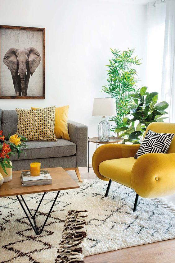 Sala cinza e amarela com sofá pé palito