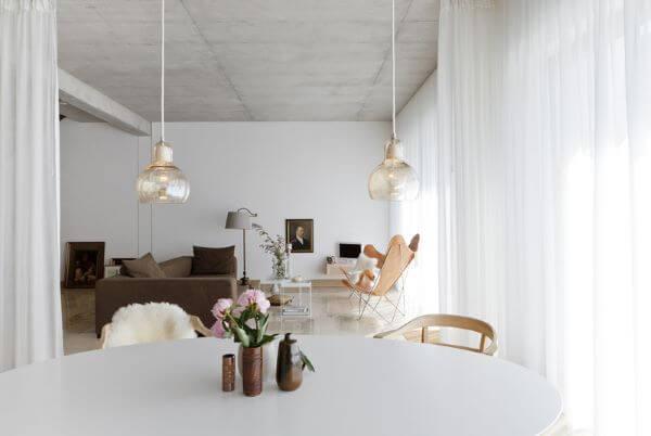Sala clean com poltrona butterfly caramelo