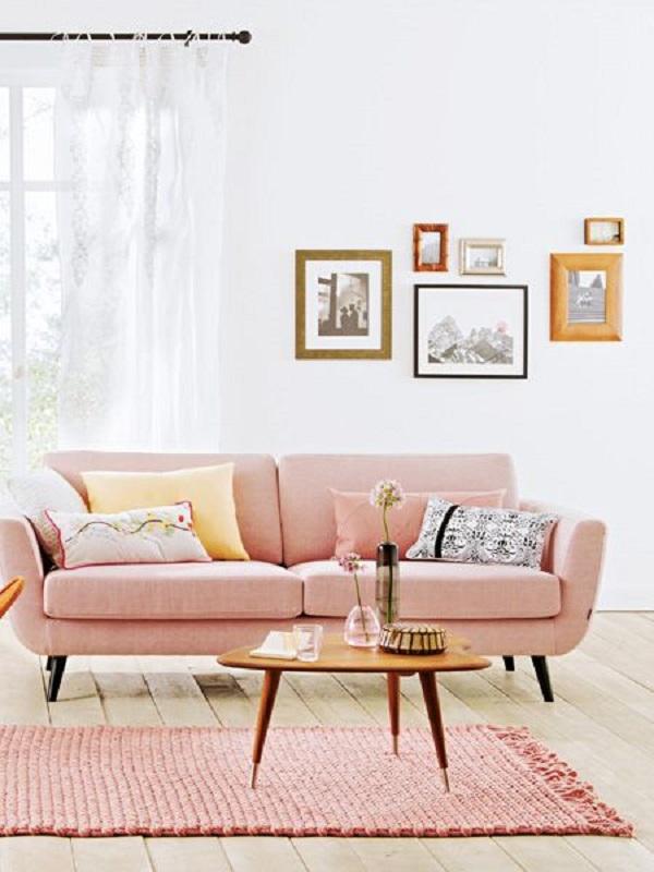 Sala clean com sofá pé palito rosa