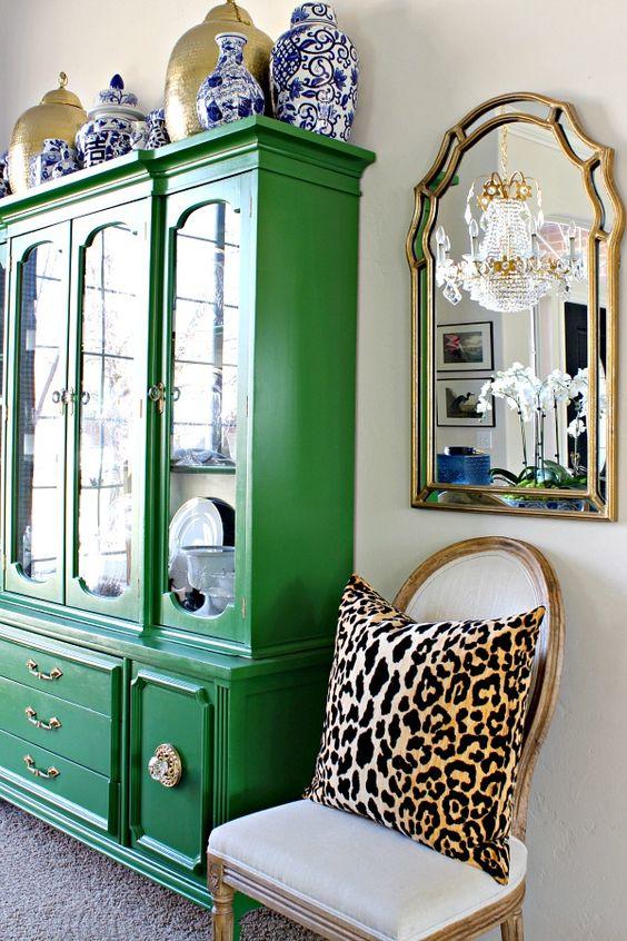 Sala colorida com móveis vintage na cor verde