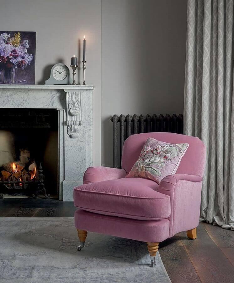 Sala com lareira decorada com poltrona confortável rosa Foto Laura Ashley