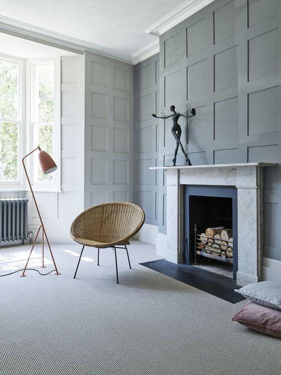 Sala com lareira e carpete bege