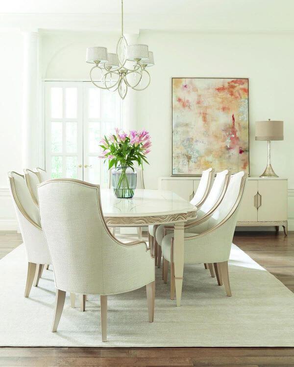 Sala com mesa de jantar branca clássica
