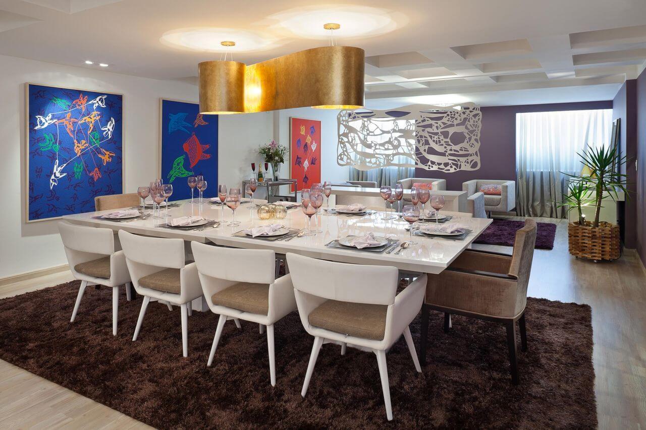 Sala com mesa de jantar branca e tapete marrom