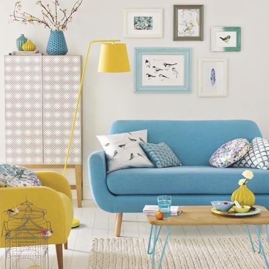Sala com moldura colorida e sofá pé palito