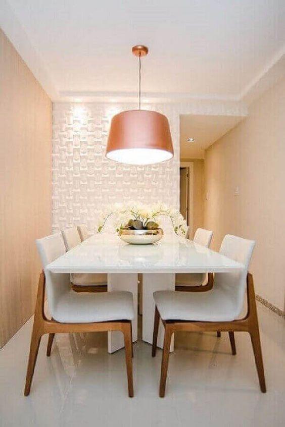 Sala com parede de porcelanato 3D e mesa de jantar branca
