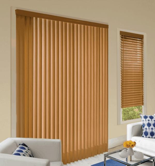Sala com persiana de madeira vertical. Fonte: Pinterest