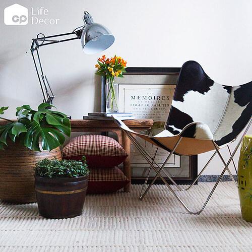 Sala com poltrona butterfly couro e decoração moderna