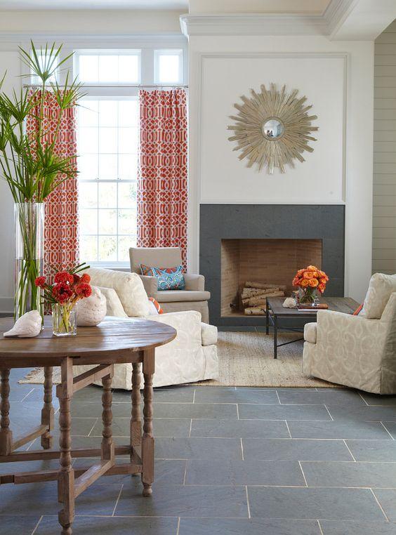 Sala com revestimento de pedra ardósia preta no piso e na lareira
