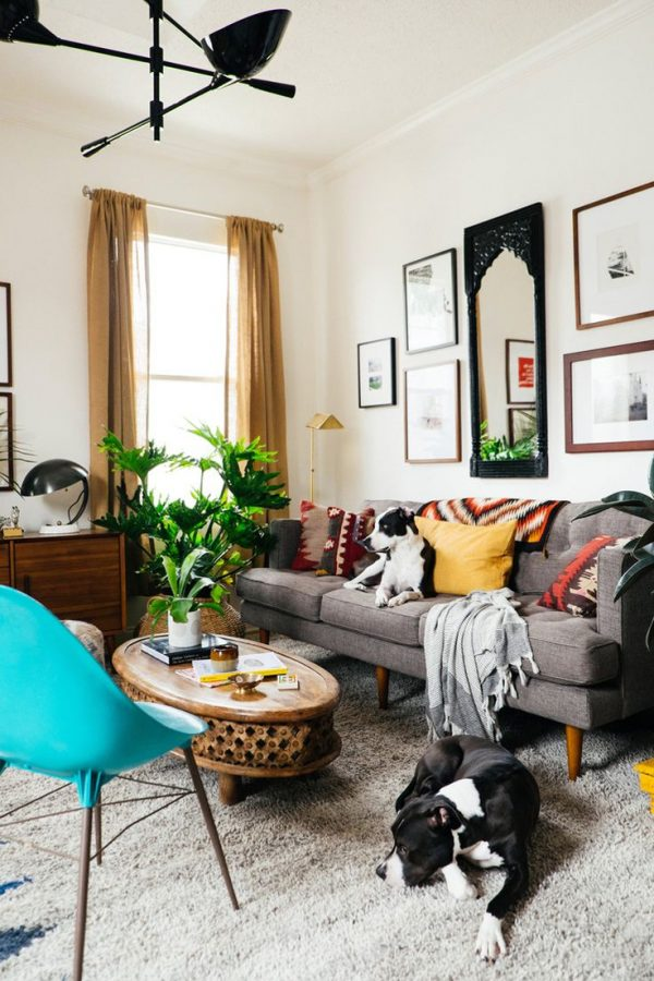 Sala com sofá retrô cinza e poltrona azul