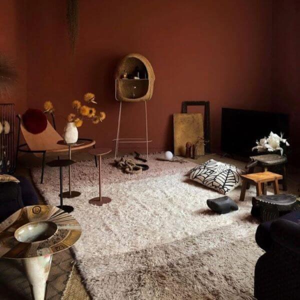 Sala com tapete de lã neutro