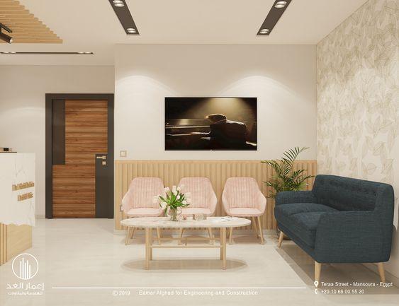 Sala de espera pequena com sofá pé palito e cadeiras pequenas