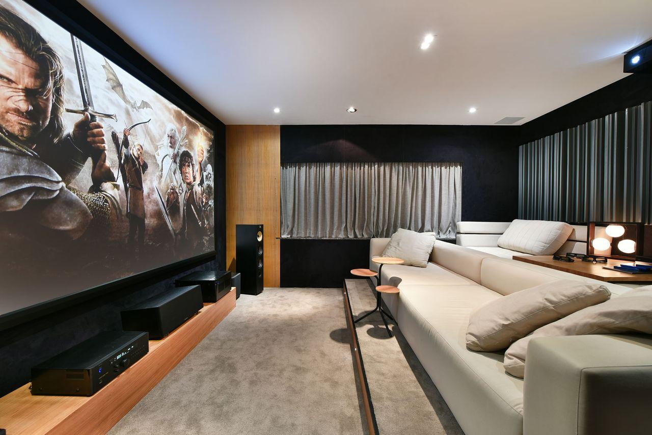 Sala de estar aconchegante com carpete cinza