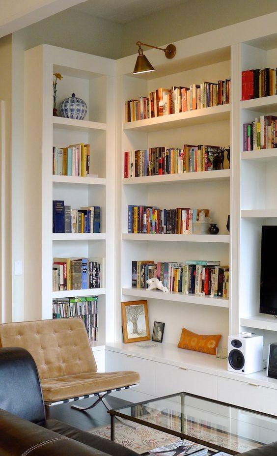 Sala de estar com estante de canto e rack