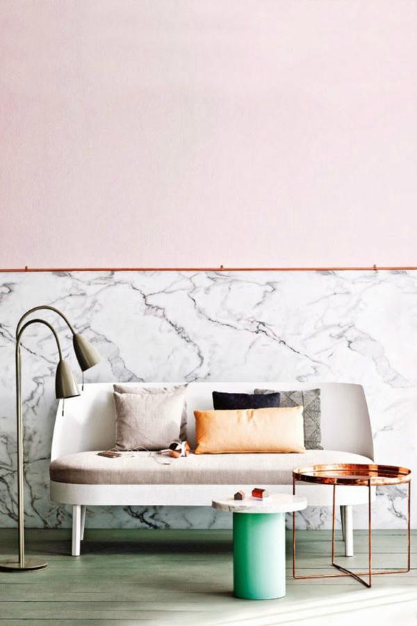 Sala de estar com rodameio rose e parede de marmore