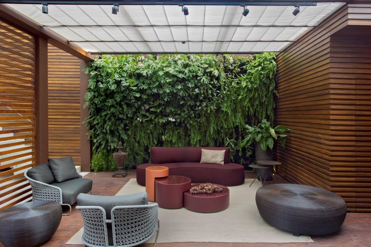 Sala de estar decorada com parede verde de plantas