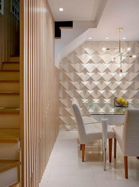 Sala de jantar clássica com parede decorada com gesso 3D branca