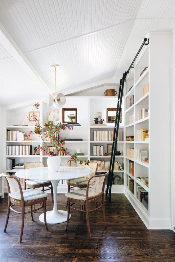 Sala de jantar com estante de canto