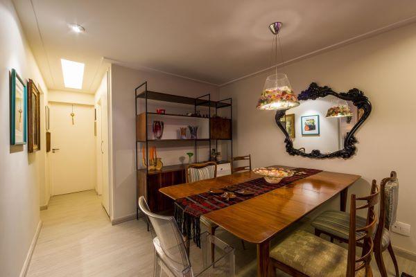 Sala de jantar com móveis vintage e espelho