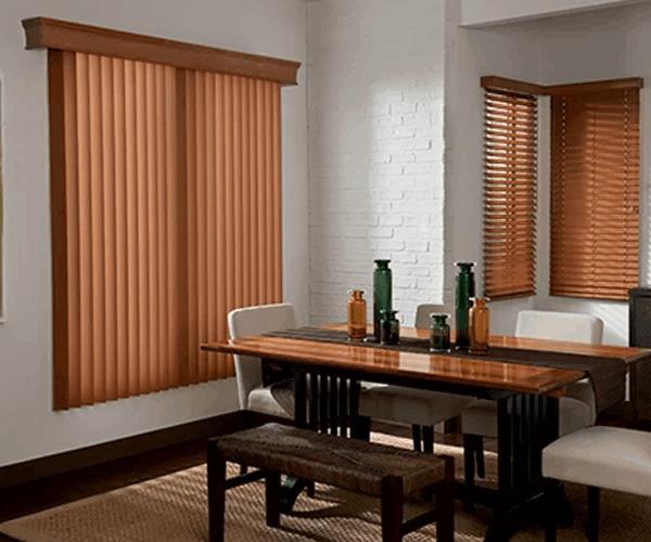 Sala de jantar com persiana de madeira vertical. Fonte: Pinterest