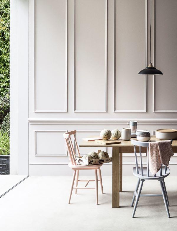 Sala de jantar com rodameio branco de gesso