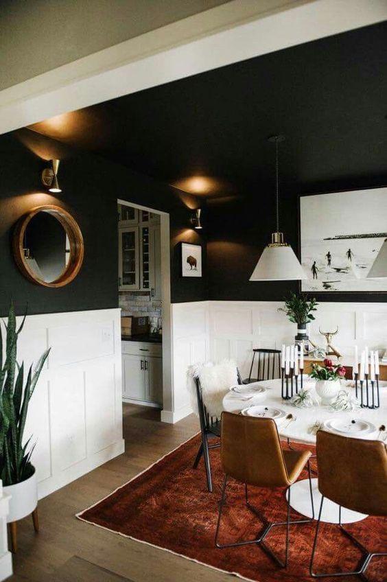Sala de jantar com rodameio branco e tinta de parede cinza escuro