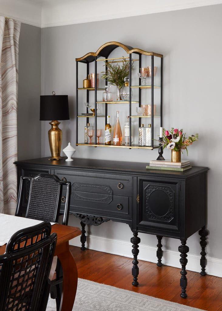 Sala de jantar decorada com móveis vintage