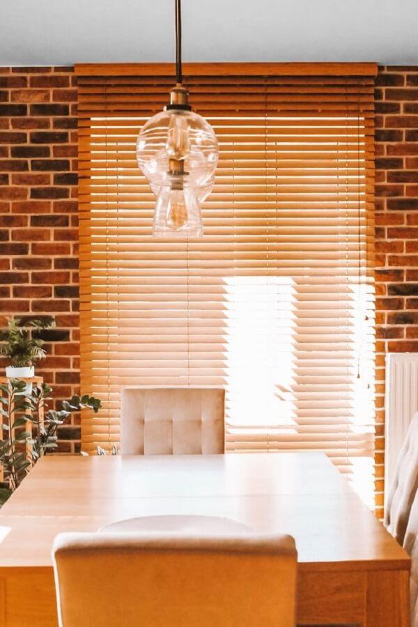 Sala de jantar decorada com persiana de madeira. Fonte: Pinterest