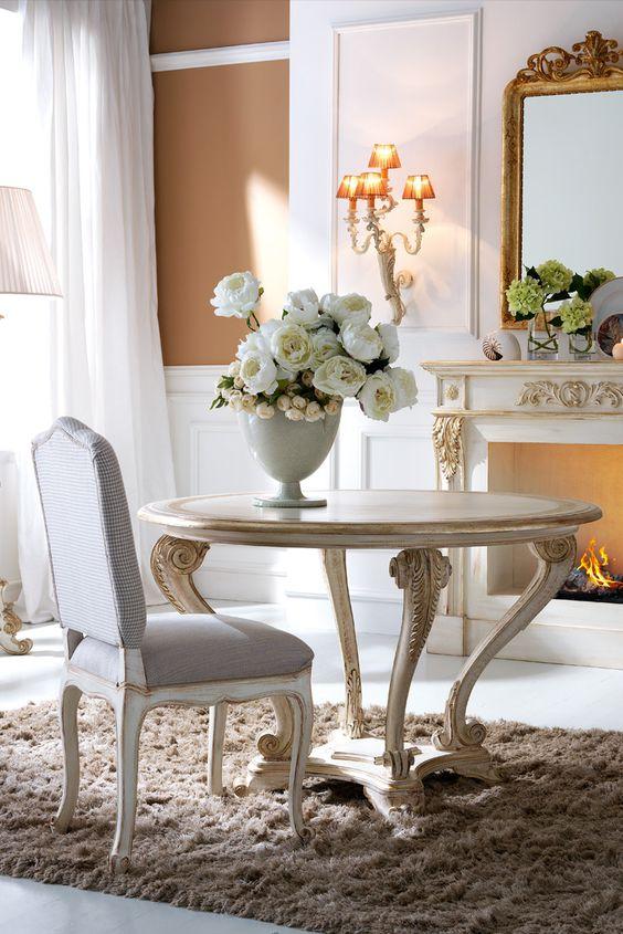Sala de jantar pequena com móveis vintage e enfeites delicados