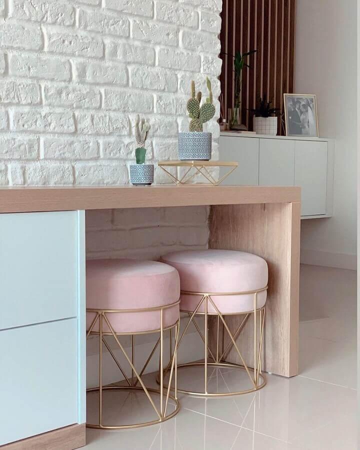 Sala decorada com parede de tijolinho branco e banqueta puff rosa aramada Foto Pinterest