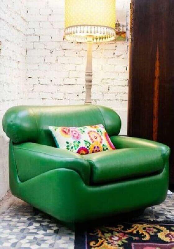 Sala decorada com parede tijolinho branco rústica e poltrona confortável verde Foto Pinterest