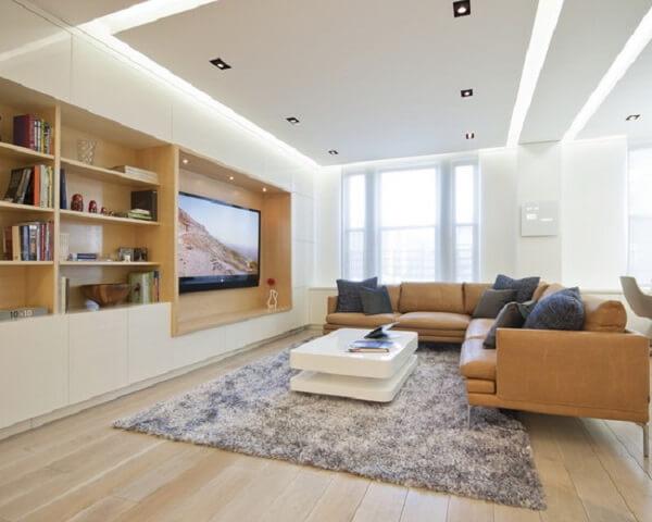 Sala grande e iluminada com decoração de gesso