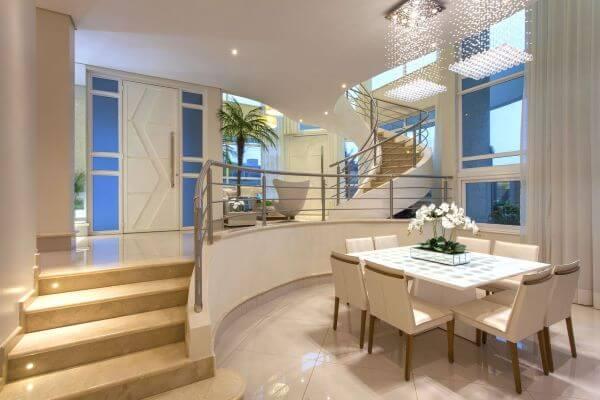 Sala integrada com mesa de jantar quadrada branca