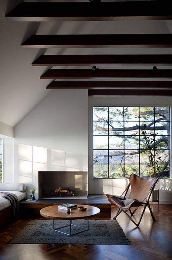 Sala moderna com poltrona butterfly de couro perto da lareira