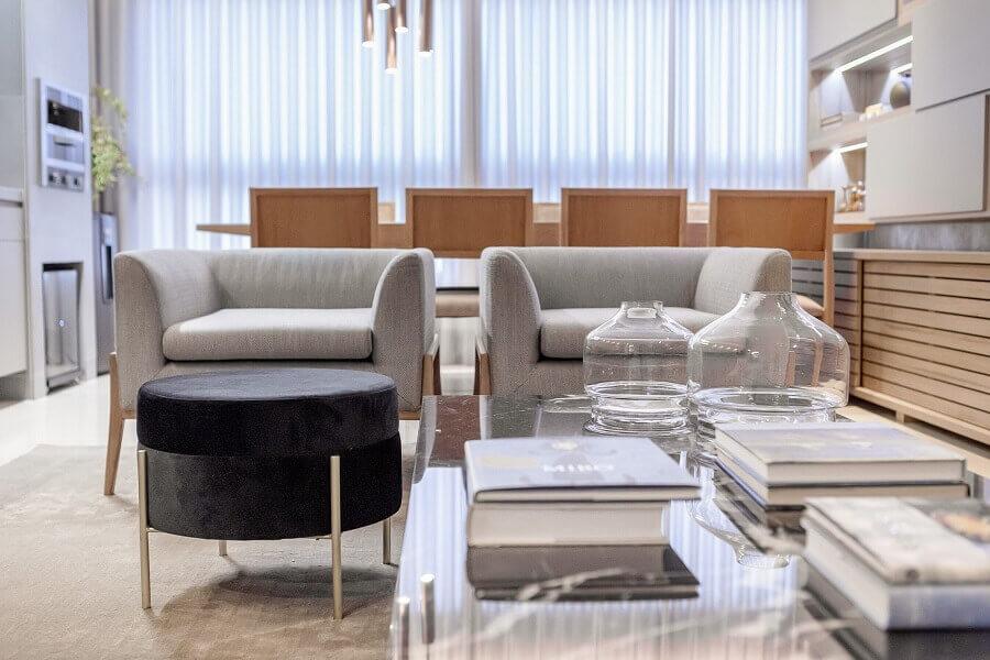 Sala moderna decorada com poltrona cinza e puff banqueta redondo Foto Pinterest