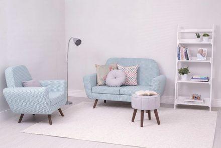 Sala pequena com conjunto de sofá pé palito na decoração clean