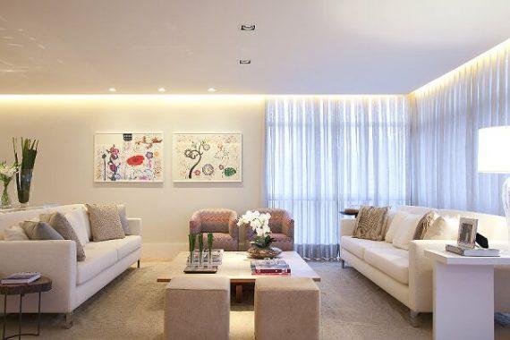 Sala pequena com decoração de gesso no teto