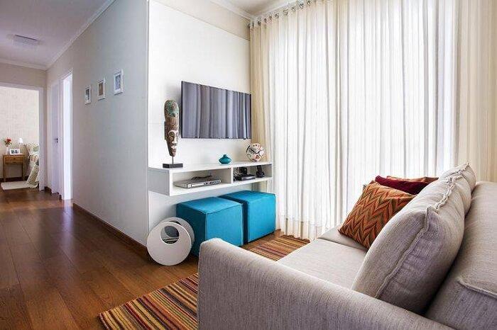 Sala planejada pequena e simples com rack suspenso. Projeto de Luciane Mota