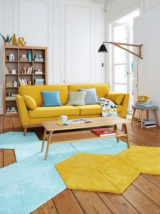 Sala retrô com sofá amarelo pé palito
