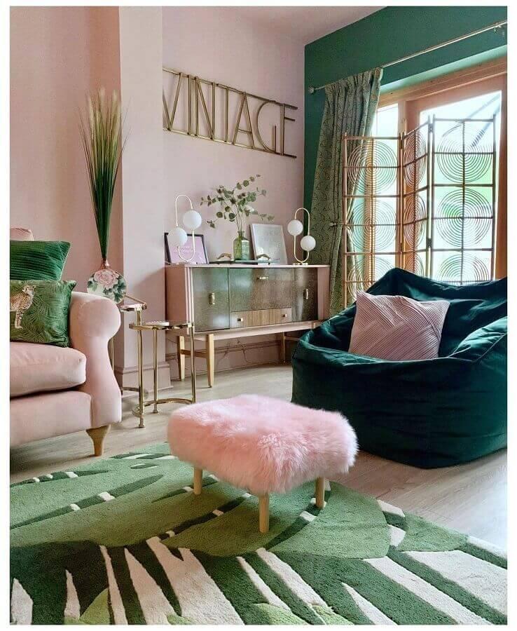 Sala rosa e verde decorada com puff banqueta quadrado Foto Pinterest