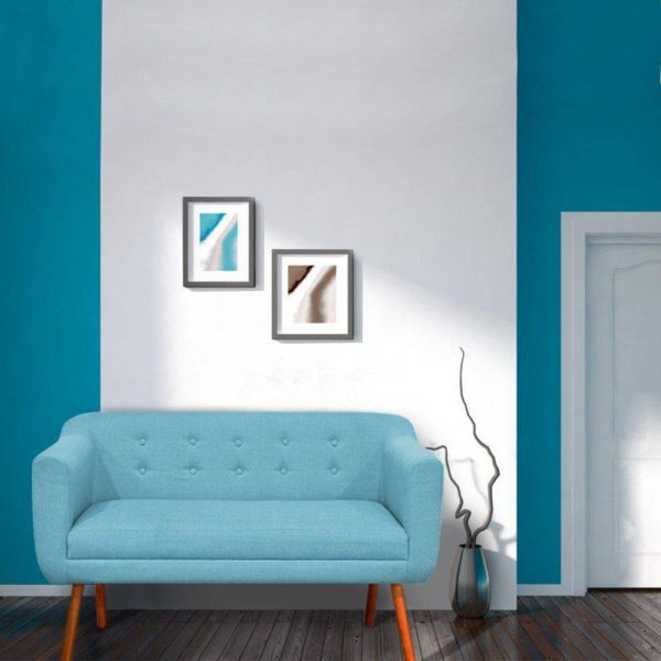 Sofá azul com pé de palito e decoração sofisticada