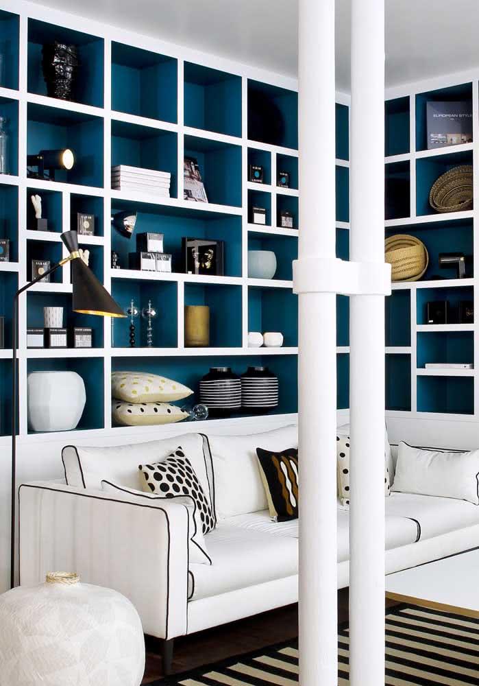 Sofá branco com estante de canto planejada em azul