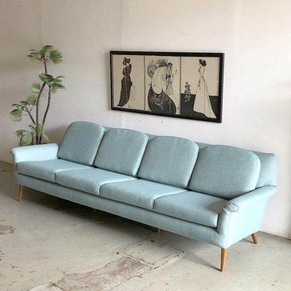 Sofá com pé de palito na cor azul