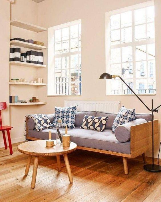 Sofá pé palito estilo vintage para decoração de sala com móveis de madeira